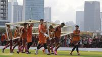 Pemain Persija Jakarta, menggotong gawang saat latihan di Lapangan Aldiron, Jakarta, Senin (7/1). Sebanyak 29 pemain sudah bergabung dalam latihan perdana tersebut. (Bola.com/M Iqbal Ichsan)
