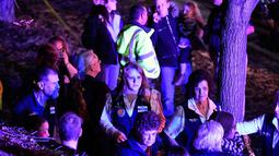 Karyawan Walmart berkumpul di luar setelah pria bersenjata melepaskan tembakan  di dalam Walmart di Thornton, Colorado, AS (/11). Dilaporkan dua Orang tewas dan seorang lainnya terluka dalam insiden ini. (Helen H. Richardson/Denver Post via AP)