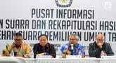 Ketua KPU Arief Budiman (kedua kanan) memberi keterangan pers saat monitoring rekapitulasi penghitungan suara melalui aplikasi Situng di Kantor KPU, Jakarta, Sabtu (20/4). Rekapitulasi penghitungan suara Pemilu 2019 melalui Situng masih terus berjalan. (Liputan6.com/Herman Zakharia)