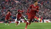 Pemain Liverpool, Roberto Firmino (kanan) merayakan golnya ke gawang Wes Ham pada laga Premier League pekan ke-28 di Anfield Stadium, Liverpool, (24/2/2018). Liverpool menang 4-1. (AFP/Oli Scarff)