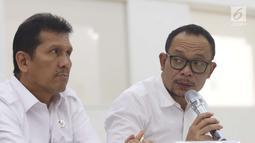 Menteri Ketenagakerjaan, Hanif Dhakiri menggelar jumpa pers terkait cuti bersama Lebaran 2018 di Kemenko PMK, Jakarta, Senin (7/5). Pemerintah akhirnya memutuskan untuk tak mengubah aturan cuti bersama atau libur Lebaran 2018. (Liputan6.com/Angga Yuniar)