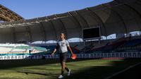 Pelatih Timnas Indonesia, Kurniawan Dwi Yulianto, bersiap memimpin latihan di Stadion Wibawa Mukti, Jawa Barat, Senin (10/9/2018). Latihan ini persiapan jelang laga uji coba melawan Mauritius. (Bola.com/Vitalis Trisna)