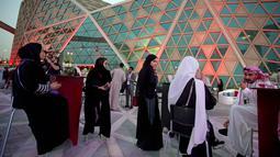 Para pengunjung perempuan berada teater bioskop pertama King Abdullah Financial District Theatre, Riyadh, Arab Saudi (18/4). Mereka antusias menyaksikan pemutaran film blockbuster Hollywood Black Panther. (AP Photo/Amr Nabil)