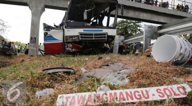 Sebuah bus PO Rukun Sayur mengalami kecelakaan di KM 202, Jawa Barat, Selasa (14/7/2015). Bus tersebut menabrak tiang jembatan penyebrangan menyebabkan 11 orang tewas dan 27 luka - luka. (Liputan6.com/Herman Zakharia)