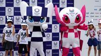 Maskot Olimpiade dan Paralimpik Tokyo 2020, Miraitowa (kiri) dan Someity (kanan) saat debut mereka di Tokyo, Jepang, Minggu (22/7). Panitia mengatakan 16.769 sekolah di seluruh negeri ambil bagian dalam pemilihan maskot tersebut. (AP Photo/Eugene Hoshiko)