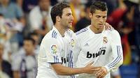 Striker Real Madrid Gonzalo Higuain (kiri) mendapat selamat dari rekannya Cristiano Ronaldo seusai mencetak gol kedua ke gawang Espanyol dalam lanjutan La Liga di Santiago Bernabeu Stadium, 21 September 2010. AFP PHOTO / Pedro ARMESTRE