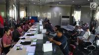 Petugas melayani calon penumpang yang memesan tiket di Kantor Pusat Lion Air, Jakarta, Senin (29/10). Jatuhnya pesawat Lion Air JT 610 jenis B737-8 Max tidak mempengaruhi penjualan tiket maskapai penerbangan tersebut.(Www.sulawesita.com)