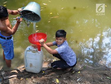 Bantuan Air Bersih Kurang, Warga Bekasi Minum Sisa Air Kali Cihoe