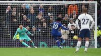 Winger Chelsea, Willian, kala mengeksekusi penalti ke gawang Tottenham Hotspur dalam laga pekan ke-18 Liga Inggris, Minggu (22/12/2019) (Foto: Chelsea FC)