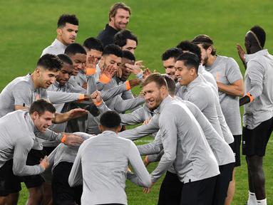 Pemain Liverpool saat mengikuti sesi latihan di stadion Ramon Sanchez Pizjuan di Sevilla, Spanyol (20/11). Liverpool akan bertanding melawan Sevilla pada lanjutan grup E Liga Champions.  (AFP Photo/Cristina Quicler)