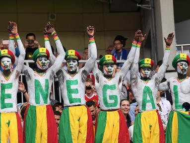 Suporter Senegal saat mendukung negaranya melawan Polondia pada grup H Piala Dunia 2018 di Stadion Spartak di Moskow, Rusia (19/6). Dalam pertandingan ini Senegal menang 2-1 atas Polandia. (AFP Photo/Francisco Leong)