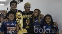 Striker Arema FC, Cristian Gonzales, bersama istri dan anak-anaknya merayakan keberhasilan meraih gelar Piala Presiden 2017 di Stadion Pakansari, Jawa Barat, Minggu (12/3/2017). (Bola.com/Vitalis Yogi Trisna)