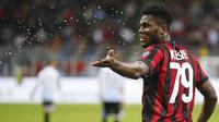 Gelandang AC Milan, Franck Kessie, melakukan selebrasi usai mencetak gol ke gawang SPAL pada laga Serie A Italia di Stadion San Siro, Rabu (20/9/2017). AC Milan menang 2-0 atas SPAL. (AP/Antonio Calanni)
