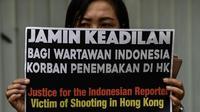 Ilustrasi demonstrasi mendukung jurnalis Indonesia, Veby Mega Indah, yang tertembak peluru karet saat meliput unjuk rasa di Hong Kong. (AFP/Mohd RASFAN)