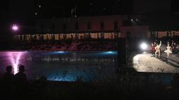 Anggota La Scala Theatre Ballet tampil di kolam renang Bagni Misteriosi, Milan, Italia, 12 Juli 2021. Teater La Scala Milan bertualang di luar tembok sucinya untuk menawarkan konser balet terbuka secara gratis. (MARCO BERTORELLO/AFP)