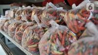 Pedagang menyiapkan paket cabai rawit merah saat Operasi Pasar Murah di Pasar Senen, Senin, Jakarta (3/2/2020). Harga cabai rawit merah dijual Rp40.000 per kilogram, lebih murah dibandingkan harga pasar saat ini mencapai 90 ribu per kilogram. (merdeka.com/Iqbal S Nugroho)