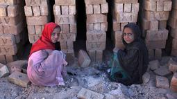 Anak-anak mengumpulkan sisa batu bara yang digunakan di pabrik batu bata di pinggiran Kabul, Afghanistan, Rabu (12/6/2019). Ribuan anak Afghanistan bekerja mencari uang untuk menghidupi keluarga mereka. (AP Photo/Rahmat Gul)