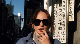 Tak hanya kariernya saja, penampilan pemilik nama lengkap Enzy Storia Leovarisa ini juga mencuri perhatian. Enzy terlihat modis di berbagai kesempatan. Apalagi ditambah aksesoris kacamata yang ia kenakan, penampilannya semakin sempurna. (Liputan6.com/IG/@enzystoria)