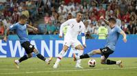 Cristiano Ronaldo berusaha melewati adangan dua pemain Uruguay pada laga 16 besar Piala Dunia 2018 di Fisht Stadium, Sochi, Rusia, (30/6/2018). Portugal kalah 1-2 dari Uruguay. (AP/Francisco Seco)