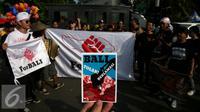 Masyarakat aliansi Forum Rakyat Bali di Jakarta melakukan aksi saat Car Free Day (CFD) di Bundaran Hotel Indonesia, Jakarta, Minggu (4/9). Dalam aksinya mereka bernyanyi menyerukan Tolak Reklamasi Teluk Benoa. (Liputan6.com/Johan Tallo)