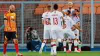 Gelandang AC Milan, Samu Castillejo (kanan atas) berselebrasi dengan rekan satu tim setelah mencetak gol ke gawang Lecce pada pertandingan lanjutan liga Serie A Italia di stadion Via del Mare di Lecce, Italia (22/6/2020). AC Milan menang telak atas Lecce 4-1. (Donato Fasano / LaPresse via AP )