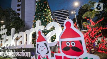 Pekerja menyelesaikan pembuatan Pohon Natal di Thamrin 10, Jakarta, Selasa (22/12/2020). Mengangkat tema 'Semangat Perayaan Natal dengan Kesederhanaan dan Solidaritas' Pohon Natal setinggi 12 dengan lampu 3 dimensi. (Liputan6.com/Faizal Fanani)