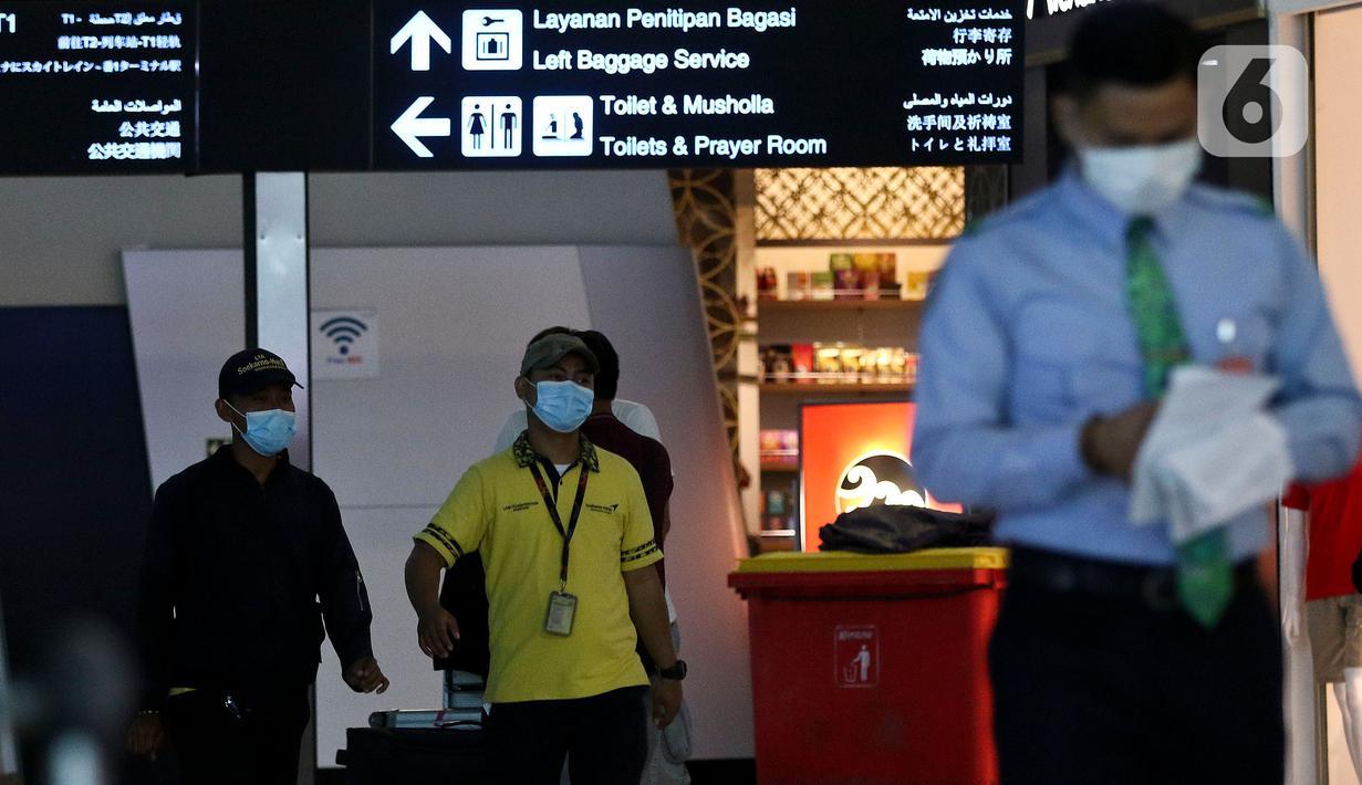 Calon penumpang pesawat menggunakan masker pelindung saat berada di Pintu Kedatangan Terminal 3 Ultimate Bandara Soekarno Hatta, Tangerang, Jumat (31/1/2020). Hal itu dilakukan sebagai antisipasi penularan dan penyebaran virus corona (2019-nCov). (Liputan6.com/Johan Tallo)