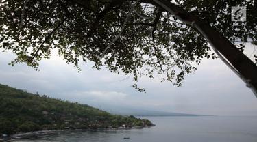 Suasana kawasan wisata Pantai Amed di Bali, Selasa (5/12). Erupsi Gunung Agung membuat sektor pariwisata di Pulau Dewata, terutama wilayah Amed sepi dari wisatawan, baik lokal maupun mancanegara. (Liputan6.com/Immanuel Antonius)