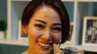 Anisha Dasuki dan kucing peliharaannya. (dok. Instagram @anishadasuki/https://www.instagram.com/p/BtIV3Zrn4rr/Asnida Riani)