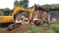 Kementerian Lingkungan Hidup dan Kehutanan (LHK) menyegel 15 bangunan vila liar di kawasan Puncak, Bogor, Jawa Barat, Kamis (1/3/2018) (Liputan6.com/Darno)
