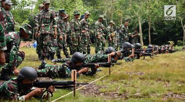 Prajurit Lantamal XII Pontianak latihan menembak dengan dua jenis senjata yaitu pistol G2 Combat dan senjata laras panjang jenis SS1.