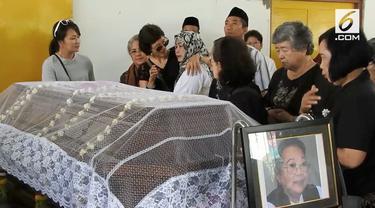 Jenazah Nh Dini dikremasi di Semarang, Jawa Tengah. Kremasi diwarnai isak tangis keluarga termasuk putri satu-satunya Nh Dini.