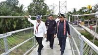 Menteri PUPR meresmikan  Jembatan Gantung Sungai Ensilat di Kabupaten Kapuas Hulu, Kalimantan Barat (dok: PUPR)