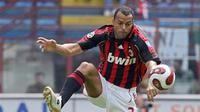 AC Milan's Brazilian defender Cafu controls the ball during the Italian serie A football match against Fiorentina at San Siro stadium in Milan, 06 May 2007. AFP PHOTO / Paco SERINELLI