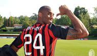Kobe Bryant ketika mengunjungi markas latihan AC Milan dan memakai jersey kebanggan I Rossoneri kala itu (Foto: Doc AC Milan)