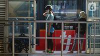 Sejumlah warga mengenakan masker saat berada di Halte Transjakarta Harmoni, Jakarta, Jumat (17/7/2020). HIngga hari ini, infeksi COVID-19 di Indonesia telah mencapai 83.130 kasus atau bertambah 1.462 dari hari sebelumnya. (merdeka.com/Imam Buhori)