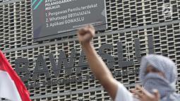 Salah satu peserta aksi massa Gerakan Nasional Kedaulatan Rakyat saat unjuk rasa di depan Gedung Bawaslu, Jl MH Thamrin Jakarta, Selasa (21/5). Mereka menolak hasil Pemilu 2019 yang dinilai banyak terdapat kecurangan. (Liputan6.com/Helmi Fithriansyah)