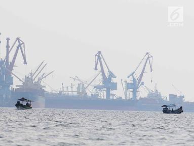 Nelayan berlayar saat aktivitas bongkar muat barang ekspor impor di Pelabuhan Tanjung Priok, Jakarta, Senin (17/7). Badan Pusat Statistik melaporkan kinerja ekspor dan impor Indonesia mengalami susut signifikan di Juni 2017. (Liputan6.com/Angga Yuniar)
