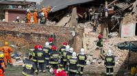 Bangunan ambruk di Polandia. (AP)
