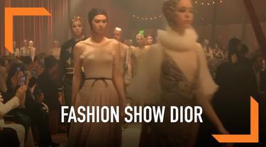 Rumah busana Dior memamerkan koleksinya di Dubai. Dior mengambil inspirasi dari pertunjukan sirkus untuk model busananya kali ini.