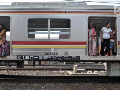 Penumpang KRL Commuter Line menunggu dalam gerbong saat kereta berhenti beroperasi di kawasan Jatinegara, Jakarta, Minggu (4/8/2019). Listrik padam yang melanda Jakarta dan  sekitarnya mengakibatkan penumpang KRL Commuter Line telantar lantaran kereta berhenti beroperasi. (merdeka.com/Iqbal Nugroho)