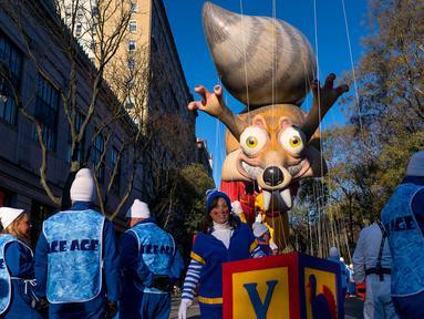 Balon raksasa Tupai Ice Age saat memeriahkan parade Hari Thanksgiving di Manhattan, New York, AS (23/11). Peringatan 'Thanksgiving' merupakan Hari Pengucapan Syukur di akhir musim panen. (AP Photo / Craig Ruttle)