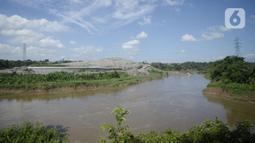 Pemandangan sampah yang longsor di TPA Cipeucang, Serpong, Tangerang Selatan, Banten, Sebtu (23/5/2020). Turap penahan sampah TPA Cipeucang longsor pada 22 Mei 2020 dan hampir menutupi aliran Sungai Cisadane yang berada di sebelahnya. (merdeka.com/Dwi Narwoko