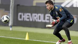 Kiper Brasil, Neto, menangkap bola saat latihan jelang laga persahabatan di Berlin, Jerman, Selasa, (27/3/2018). Brasil akan berhadapan dengan Jerman. (AP/Michael Sohn)
