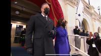 Kamala Harris dan suami, Douglas Emhoff bersiap masuk ke area pelantikan dan penambilan sumpah jabatan di Gedung Capitol Hill, AS. (Live Streaming VOA)