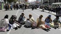 Aksi wanita sepuh Aymara memblokir jalan utama di La Paz. Pensiunan Bolivia memulai aksi protes mereka menuntut pemerintahan Presiden Evo Morales meningkatkan pensiun mereka. (ANTARA/REUTERS)