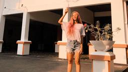 Mencoba gaya yang berbeda, Nadin tampil lebih kasual dengan kaos putih dan celana jeans pendek. (Liputan6.com/IG/@cakecaine)