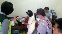 Seorang bayi tampan dalam kardus ditemukan di Desa Gemesekti, Kebumen. (Liputan6.com/Polres Kebumen/Muhamad Ridlo)