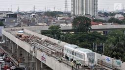 Pemandangan pengerjaan Light Rail Transit (LRT) di Jalur Section 5A, Kelapa Gading, Jakarta Utara, Rabu (18/4). Sebelumnya, dua gerbong kereta LRT tiba di Pelabuhan Tanjung Priok pada 13 April 2018. (Merdeka.com/Iqbal Nugroho)