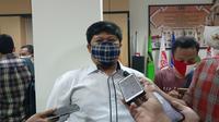 Komisioner KPU Kota Tangerang Selatan Muhamad Mujahid Zein Saat Bertugas. (Foto: Pramita Tristiawati/Liputan6.com)